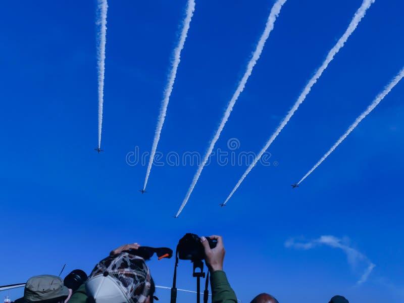 Самолет во время airshow стоковое фото