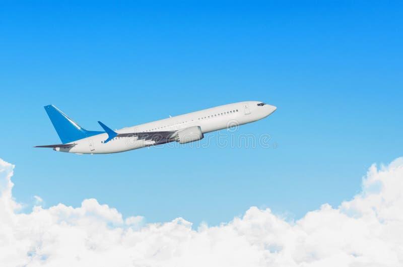 Самолет в небе над отключением путешествием полета cloudscape стоковое фото rf
