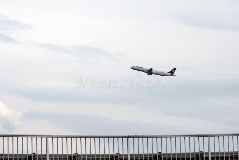 Самолет в небе среди облаков стоковые изображения