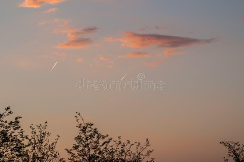 Самолет в расстоянии на красивом голубом небе стоковые изображения rf