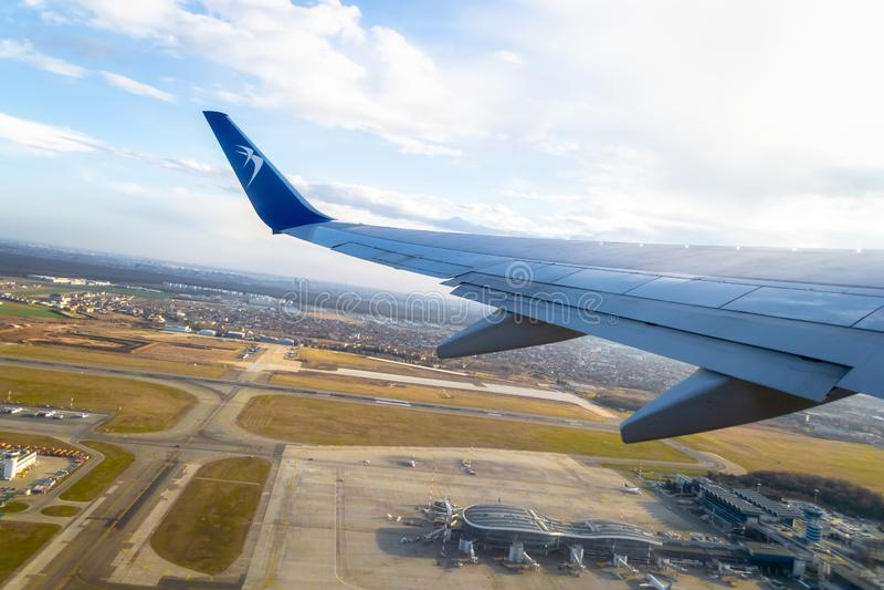 Самолет голубого воздуха принимая от международного аэропорта Henri Coanda в городе Otopeni стоковая фотография