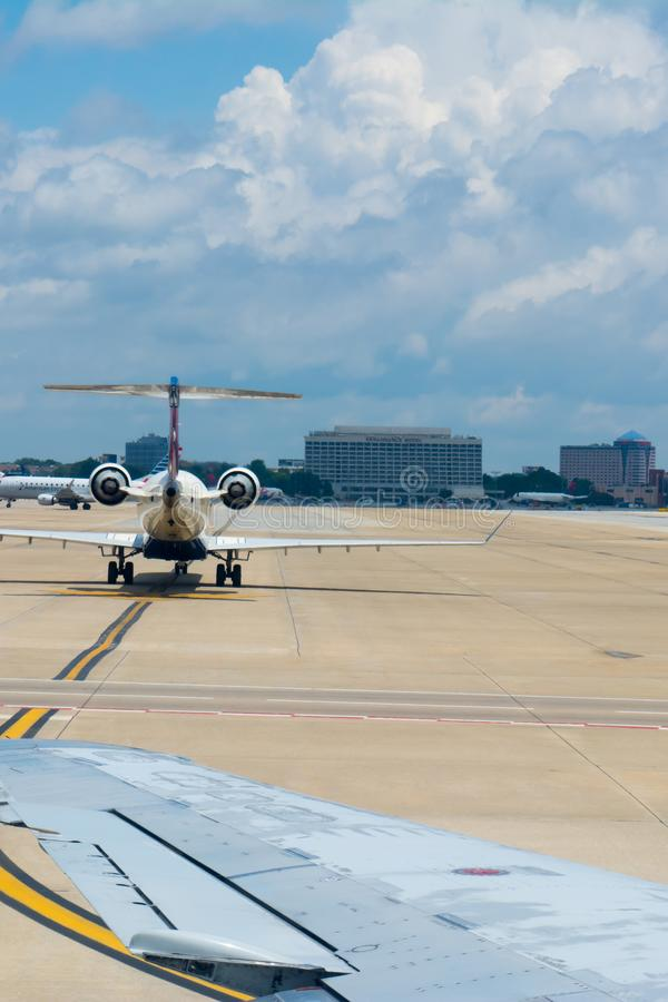 Самолет ездя на такси на взлетно-посадочной дорожке в аэропорте стоковое изображение rf