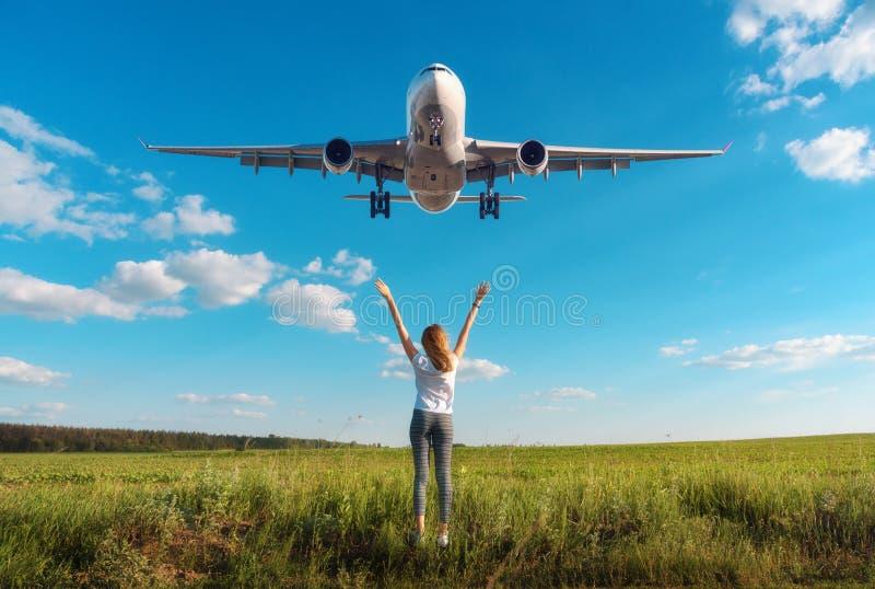 Самолет и женщина на поле на заходе солнца в лете стоковое фото rf