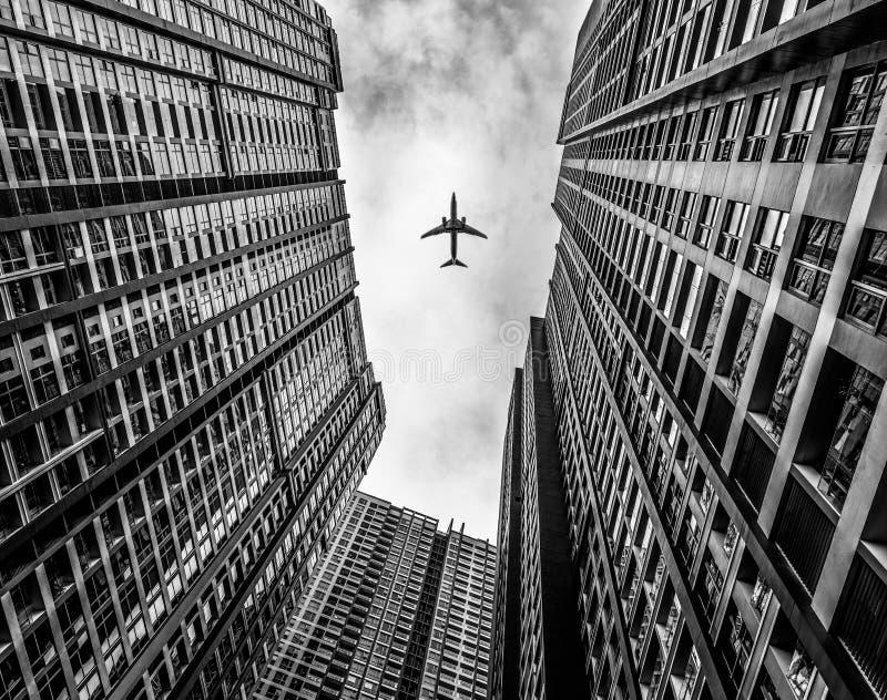 Самолет и здание стоковое фото
