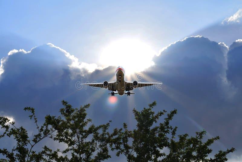 Самолет летал вверх в утро стоковое изображение rf