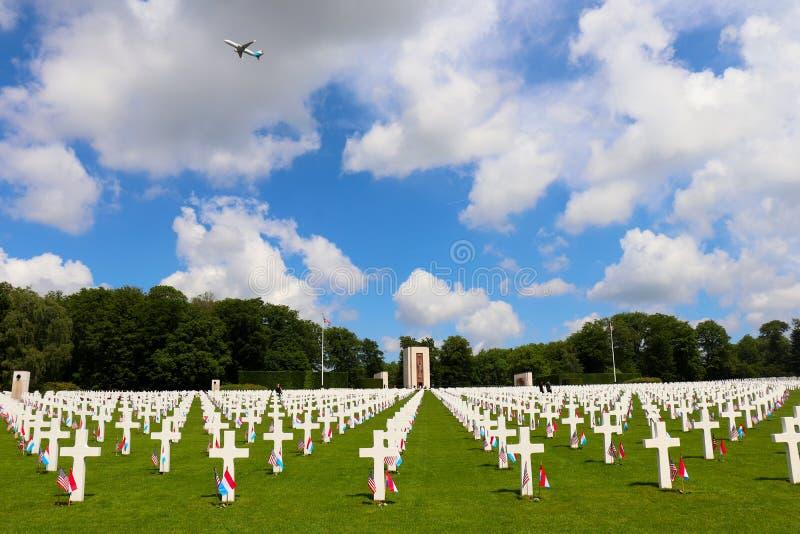 Самолет над кладбищем Люксембурга американским стоковое фото rf