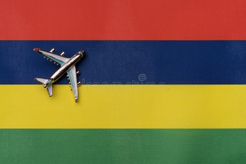 Самолет над флагом Маврикия, концепция путешествия стоковые изображения