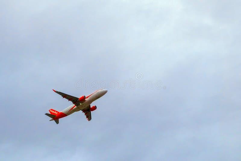 Самолет на небе стоковое фото