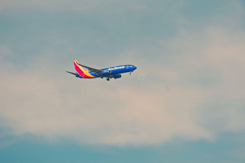 Самолет от Southwest Airlines, приземляется в аэропорт Орландо на backround облачного неба стоковые фото
