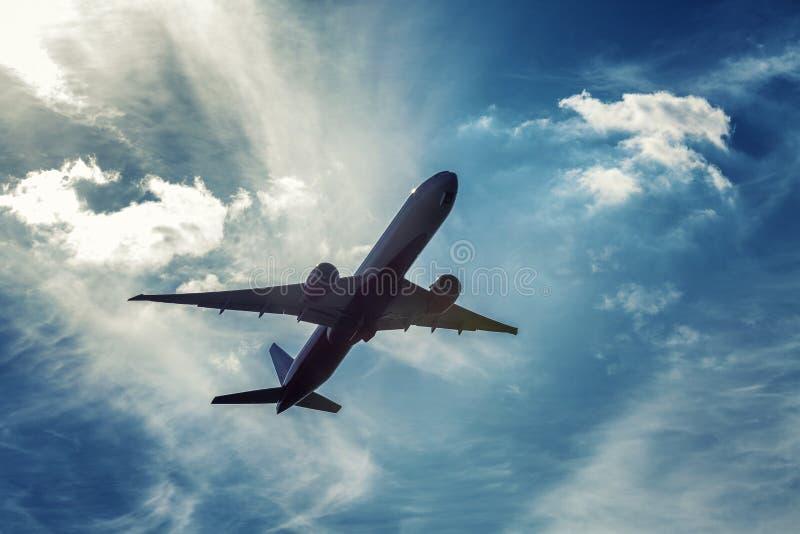 Самолет пассажира в пасмурном ярком голубом небе Чувство свободы стоковые изображения rf