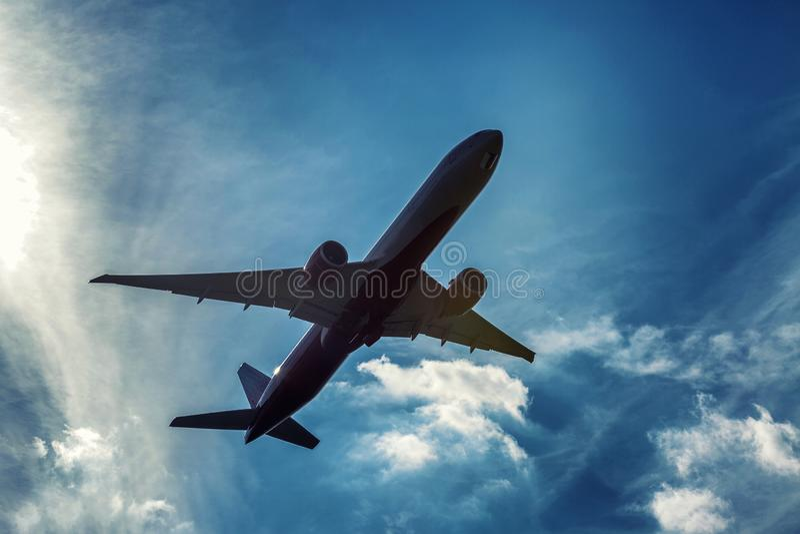 Самолет пассажира в пасмурном ярком голубом небе Чувство свободы стоковая фотография