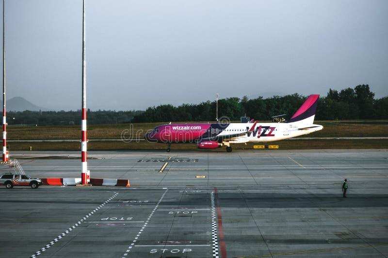 Самолет пассажирского самолета компании Wizzair в аэропорте стоковое фото rf
