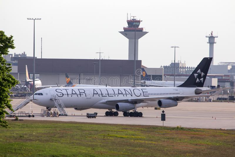Самолет печати союзничества звезды на земле на авиапорте Германии dusseldorf стоковая фотография