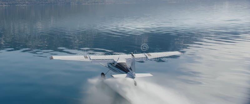 Самолет получает на воде стоковые изображения rf