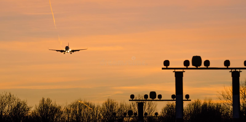 Самолет приземлится в оранжевый коридор пролета стоковое фото rf