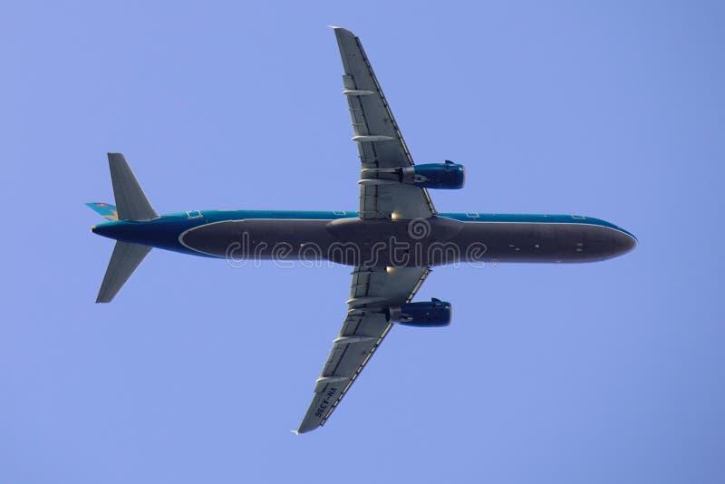 Самолет принимая- от аэропорта Сайгон стоковые изображения rf