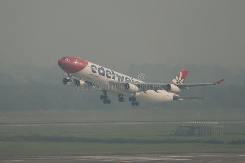 Самолет принимая- от аэропорта Сайгон стоковые фотографии rf
