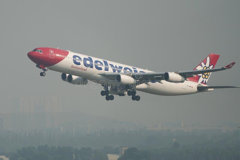 Самолет принимая- от аэропорта Сайгон стоковое фото rf