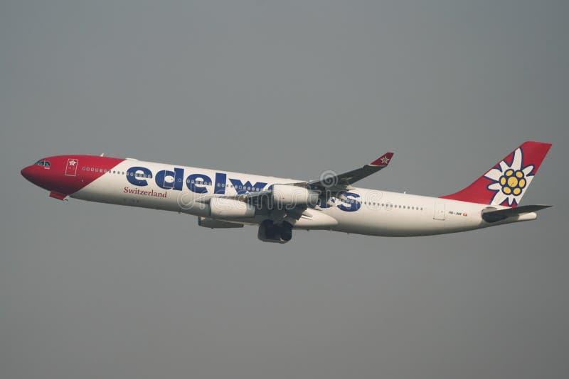 Самолет принимая- от аэропорта Сайгон стоковые фото