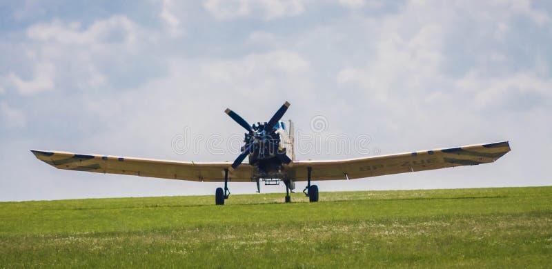 Самолет принимая от травы стоковые фотографии rf