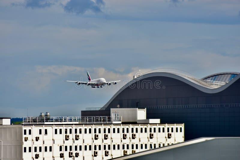 Самолет приходя внутри для приземляться стоковые фотографии rf