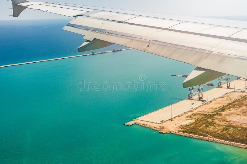Самолет причаливая взгляду от иллюминатора стоковое фото