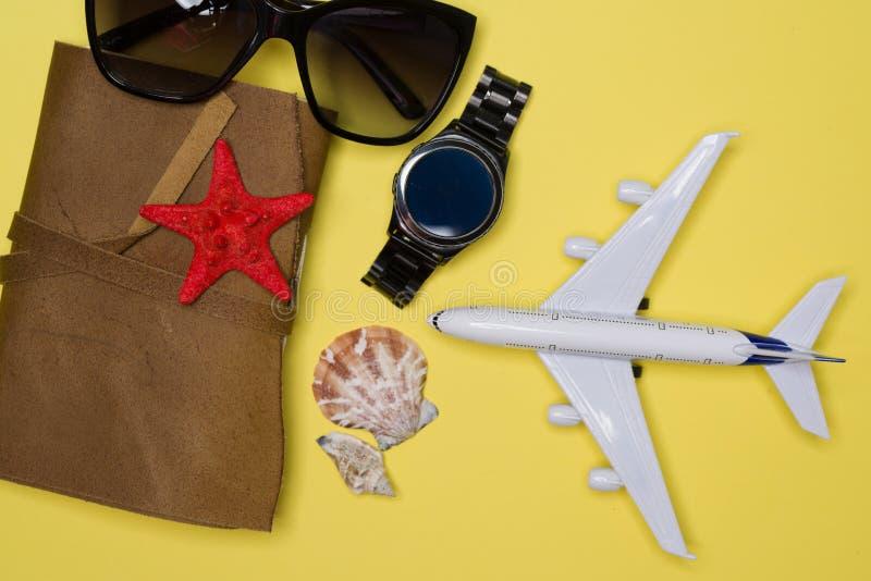 Самолет, солнечные очки, вахта и повестка дня подготовили для любого отключения стоковые фотографии rf