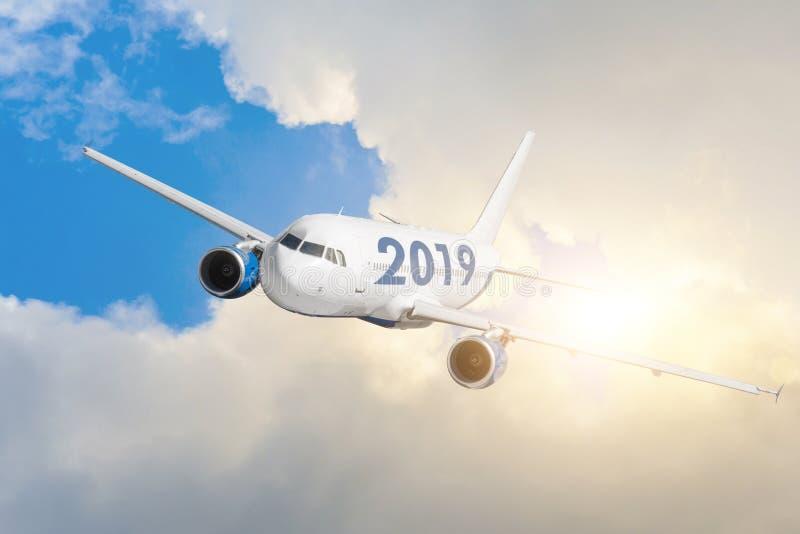 Самолет с 2019 Концепция быстро причаливая светлого будущего в Новом Годе стоковые фотографии rf