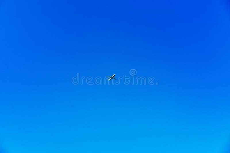 Самолет центризованный на ярком голубом небе стоковые изображения