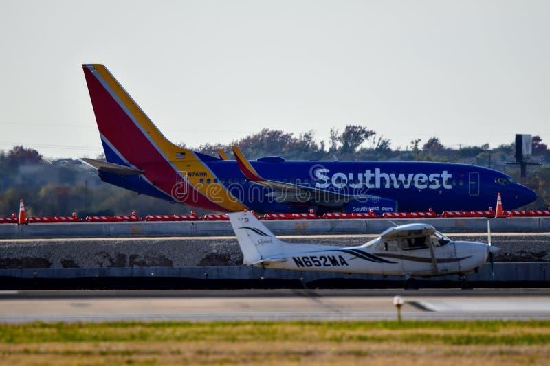 Самолет Цессны 172 на пути такси с 737 на заднем плане стоковые изображения