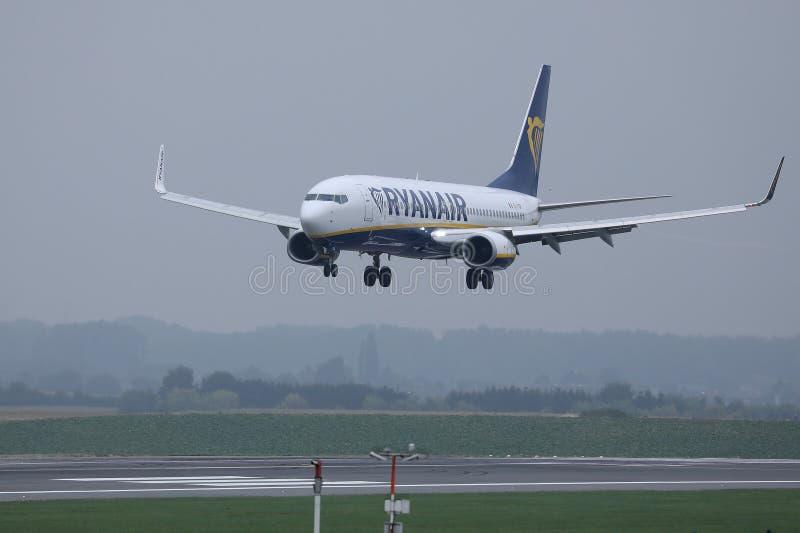 Самолет Ryanair Боинга причаливая взлетно-посадочной дорожке стоковые изображения rf