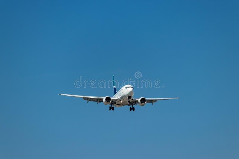 Самолет WestJet причаливая главной взлетно-посадочной дорожке на международном аэропорте Pearson, Торонто стоковые изображения rf