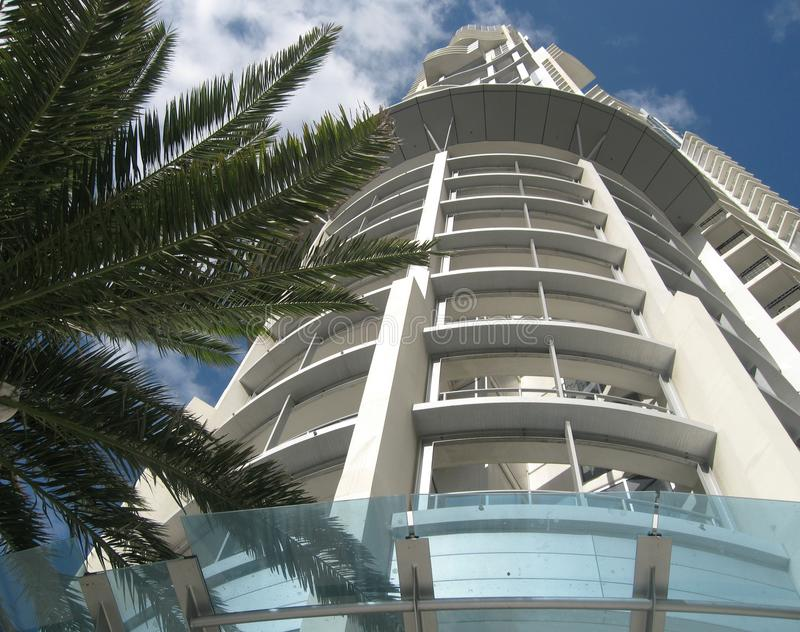 самомоднейшая белизна небоскреба неба офиса стоковое изображение