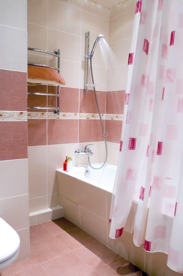 Самомоднейшая ванная комната в плитке стоковое изображение rf