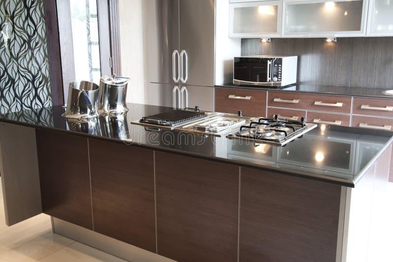 Самомоднейшая кухня в квартире стоковые изображения rf