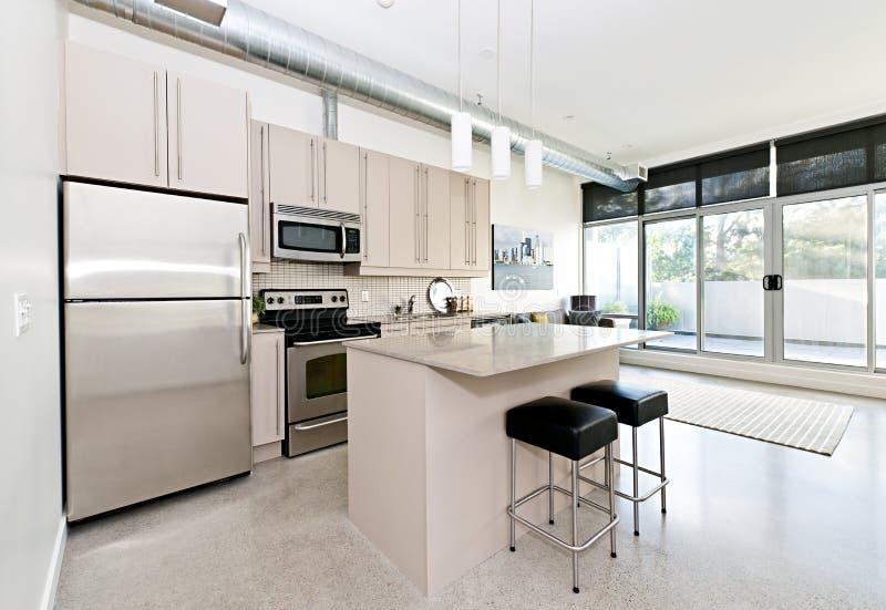 Самомоднейшая кухня кондо и живущая комната стоковые изображения rf