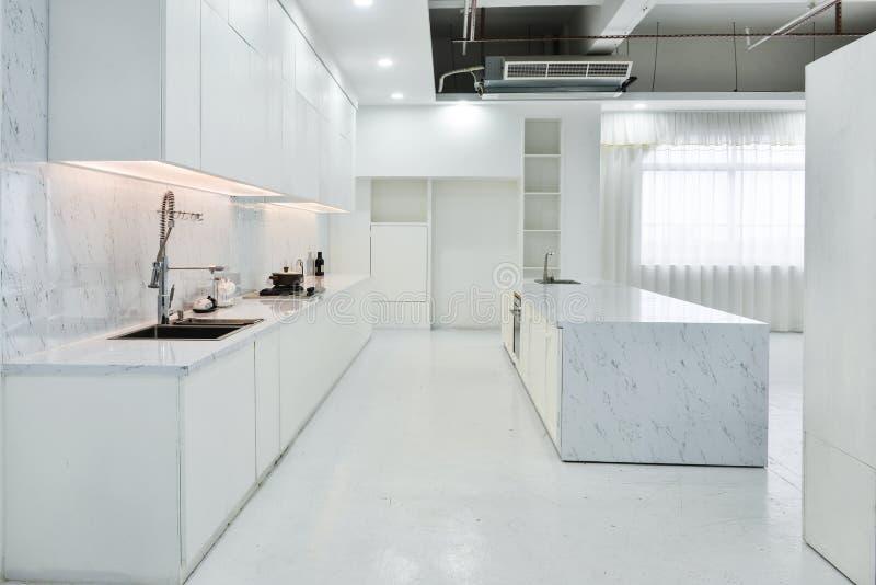 Самомоднейшая открытая кухня стоковое изображение rf