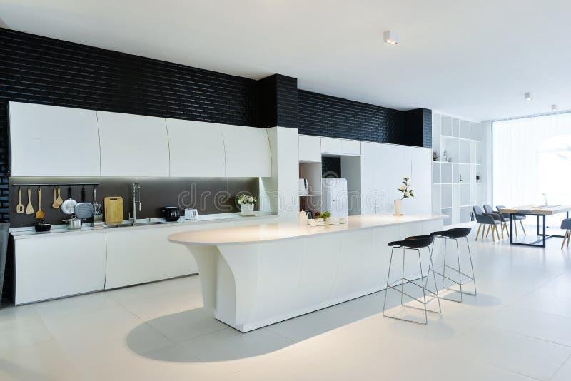Самомоднейшая открытая кухня стоковые изображения