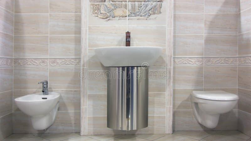 самомоднейшее ванной комнаты бежевое стоковая фотография rf