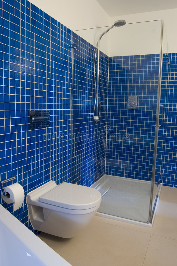 самомоднейшее ванной комнаты голубое стоковое фото rf