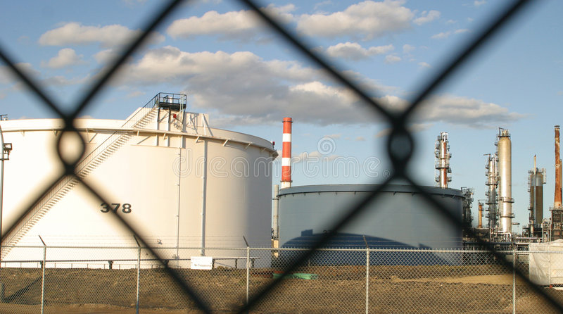Самомоднейшее нефтеперерабатывающее предприятие стоковые изображения
