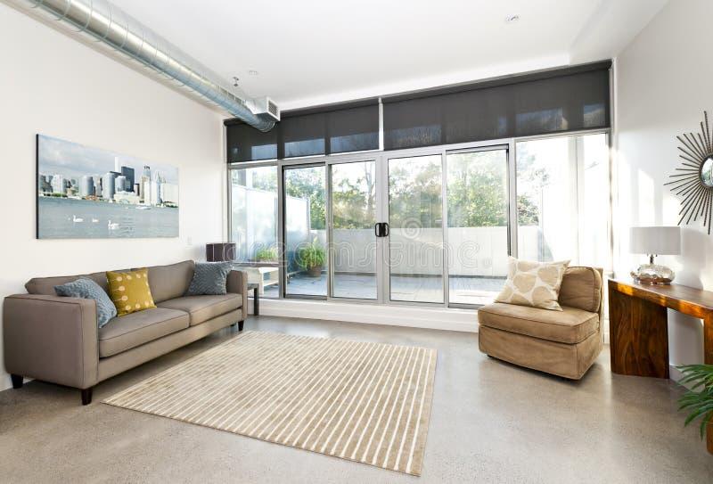 Самомоднейшие живущие комната и балкон стоковое изображение rf