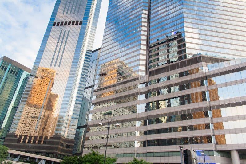 Самомоднейшие офисные здания в центральном Hong Kong Современная архитектура с окнами отражая небо и облака стоковые изображения rf