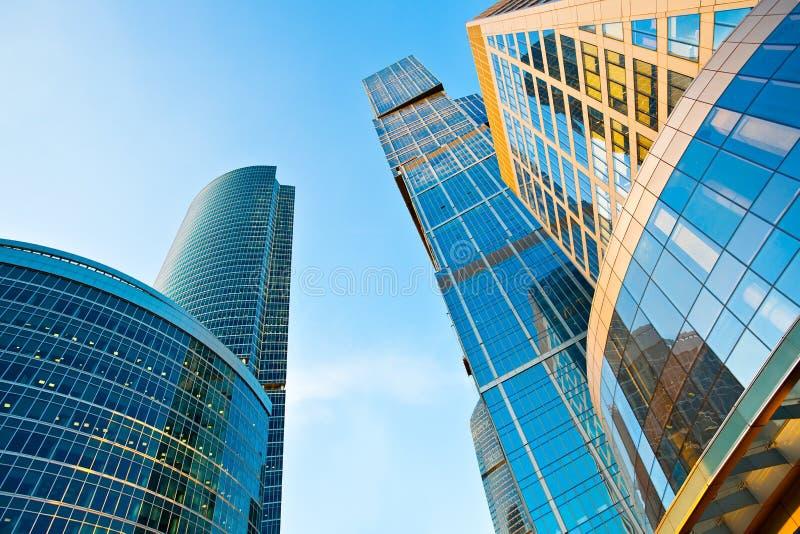 самомоднейший взгляд башен небоскребов перспективы стоковая фотография rf
