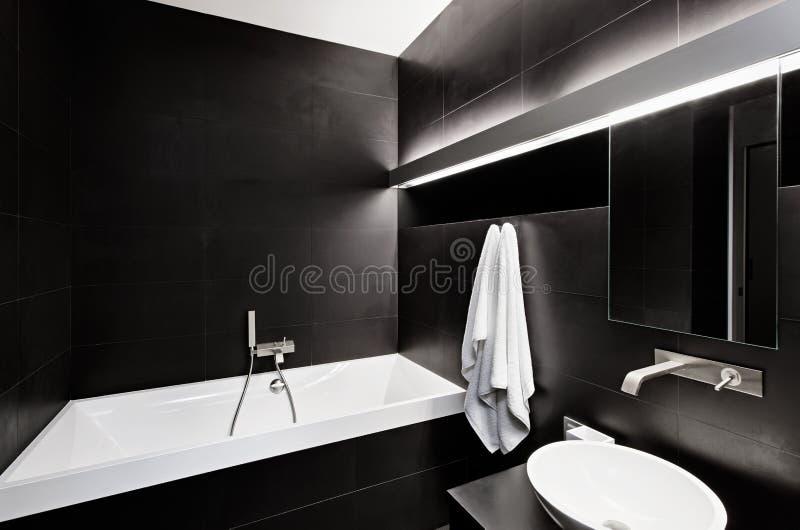 Самомоднейший интерьер ванной комнаты типа minimalism в черноте стоковое изображение rf