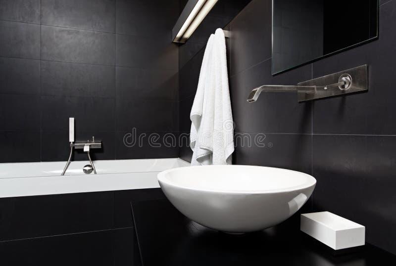 Самомоднейший интерьер ванной комнаты типа minimalism в черноте стоковое изображение
