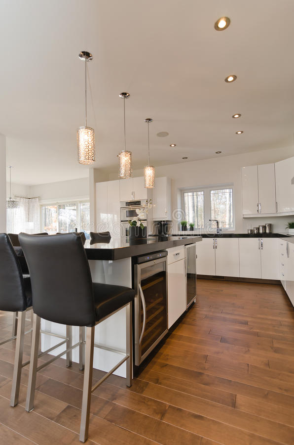 Самомоднейшая современная белая кухня стоковое фото rf