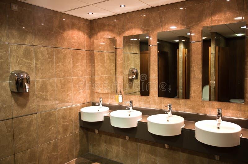 самомоднейший общественный туалет стоковое изображение rf