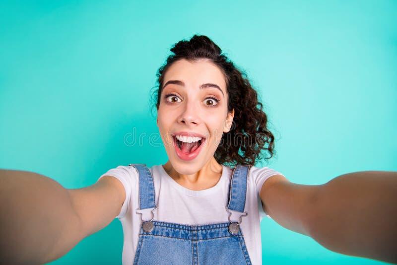 Самопортрет ее привлекательная очаровательная, счастливая счастливая радостная веселая волнистая девушка в случайном порядке стоковые фотографии rf