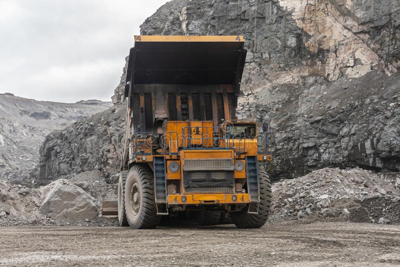 Самосвалы Gigat работают в шахте для продукции апатита в утесе нося области Мурманск стоковые фото